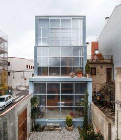 Thiết kế mặt tiền nhà đất bằng những ô cửa trượt ở Barcelona