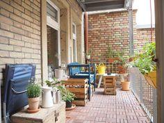 Geräumiger Balkon mit DIY-Möbeln als Einrichtungsgegenstände, außerdem vielen grünen Pflanzen. #Karlsruhe #balcony