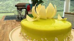 Billede af en limegrøn kage med hvid chokolade lotus på toppen