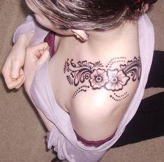 tatouage épaule femme fleur