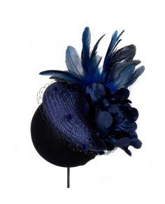 casquete con plumas y flor azul