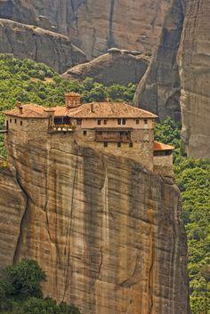 Unusual Places To Visit In Europe  Meteora, Greece  Los Monasterios de Meteora, están localizados al norte de Grecia, en la llanura de Tesalia, en las proximidades de ciudad de Kalambaka, en el valle del río Pinios, en español Peneo.