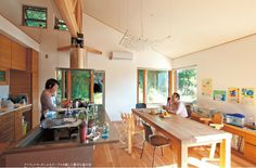 斜め天井と開口の組み合わせで、解放感のある空間に。