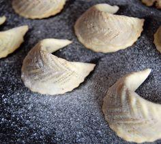 """Souvenir, souvenir... une recette d'une pâtisserie traditionnelle marocaine """" les cornes de gazelles"""" revisitées... avec explications en image ;) Cornes de gazelle décorées Ingrédients Pour la pâte 250g de farine 1oeuf 50g de beurre fondu de l'arôme de..."""