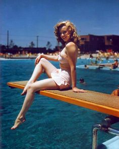 Marilyn Monroe photographed by Arthur Weegee at the Jones Beach Pool in New York, June 1949 (Norma Jeane Baker) Hollywood Glamour, Classic Hollywood, Old Hollywood, Divas, Pinup, Marilyn Monroe Fotos, Jones Beach, Photo Vintage, Vintage Photos