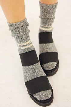 Today's Hot Pick :兩道格紋半筒襪 http://fashionstylep.com/SFSELFAA0002183/stylenandatw/out 兩道格紋半筒襪。 素面與兩道條紋完美搭配,簡約不失時尚感