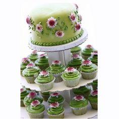 Μια τούρτα γάμου μαζί με κεκάκια στο ίδιο μοτίβο!