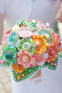 Learn how to make candy bouquets – Candy Bouquet Designs books. Start Candy Bouquet and Gift Basket Business or Do it for a hobby! Button Bouquet, Hand Bouquet, Button Flowers, Felt Flowers, Fabric Flowers, Gummy Bear Cakes, Care Bear Party, Edible Bouquets, Candy Buttons