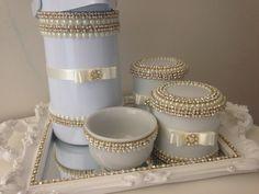 Kit higiene luxi  1 bandeja espelhada L=41 x P=27 x h= 5 (pode ser na cor prata ou dourada também)  1 garrafa térmica 500 ml  1 porta algodão  1 porta cotonete  1 molheira  Pode ser feito outras cores de acordo com cada especificação do cliente .
