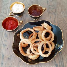Edels Mat & Vin: LØKRINGER i AirFryer ♫ Luftfrityrkoker !! Onion Rings, Ketchup, Bbq, Snacks, Ethnic Recipes, Food, Red Peppers, Barbecue, Appetizers