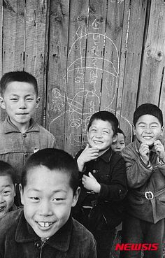 Photographer: Han, Young-Soo Majority of his photo is concerned about ordinary korean people after korean war. Quite sensitive&sort of sharp modernism in everywhere. Old Pictures, Old Photos, Korean Photo, Korean People, Korean War, The Old Days, Children, Kids, Culture