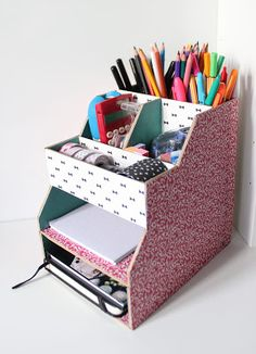 Discover recipes, home ideas, style inspiration and other ideas to try. Fun Crafts For Teens, Fun Crafts To Do, Easy Diy Crafts, Diy Cardboard Furniture, Cardboard Crafts, Desk Organization Diy, Diy Desk, Diy Bureau, Cardboard Organizer