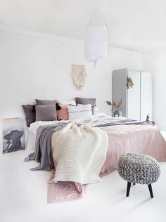 norwegian bedroom design white walls and floor muted pink bedspreadblanket and light gray accents pillows knit stool dream bedroom via norske - Einrichtung Winterlich
