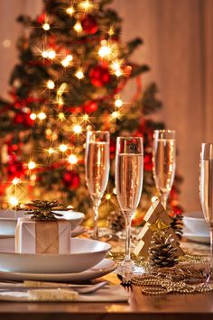 Easy ways to add holiday sparkle to your Christmas table.