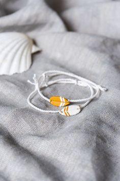 DIY Schmuck selber machen: Armband im Surfer Stil mit Miniatur Surfbrett / Surfboard basteln - als Accessoire für den Sommer oder als DIY Geschenkidee für Freunde des Wassersports. Mehr dazu auf schereleimpapier.de! Diy Jewelry, Jewelry Making, Jewellery, Diy Mode, Surfer Style, Fimo Clay, Diy Schmuck, Cool Diy Projects, Upcycle