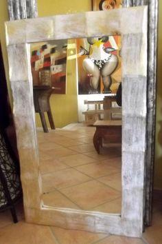 Specchio in legno a disegno ondulato! Colore argento e oro antico. Arreda la tua casa con qualcosa di esclusivo! importato direttamente.Realizzato completamente a mano provenienza : IndonesianaLe piccole imperfezioni che si possono riscontrare sono la garanzia di un oggetto lavorato a mano. Dimensioni: cm 100x60x2,5 circaCornice cm 10