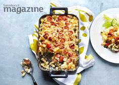Macaroni cheese with spinach, tomatoes and spring onions