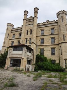 Joliet Prison, Illinois: Guards and staff have reported a singing ghost and a sense of foreboding and dread. Some people have felt cold rushes of air whip past them and being shoved from behind.