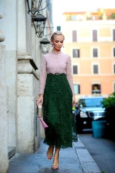 Gorgeous pink and hunter green street style at fashion week Look Street Style, Street Chic, Street Wear, Street Styles, Lingerie Look, Mode Outfits, Mode Inspiration, Fashion Weeks, Mode Style