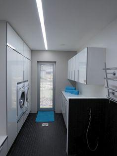 Rakenteeseen upotettu ketjutettu loistevalo muodostaa koko tilan pituisen valoviirun. Häikäisysuojana on pleksi. Kuva Tampereen Valo ja Sisustus. Home, Laundry Room, Laundry, Washing Machine, Home Appliances, Room