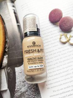 """Nós já resenhamos tantas bases da Essence por aqui! É que somos muito fãs da marca, por isso quando recebi a Base Fresh e Fit da Essence na minha primeira Box Magenta fiquei super animada! É uma base que na embalagem contém os dizeres """"awake makeup"""" e """"healthy glow"""" o que significa ser um produto com uma proposta mais leve e hidratante. Base Bb Cream, Vitamin Complex, Magenta, Fresh, Perfume Bottles, Glow, Make Up, Beauty, Full Makeup"""
