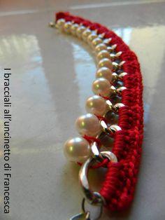 Bracciale con catena e perle lavorato all'uncinetto