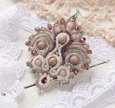Сутаж кулон `Холодный рассвет` с розовым кахолонгом