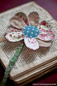 Use fabric scraps to make a flower bookmark Handmade Flowers, Diy Flowers, Fabric Flowers, Paper Flowers, Ribbon Flower, Craft Projects, Sewing Projects, Little Presents, Vintage Fairies