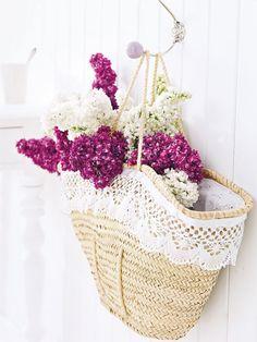 Flieder-Deko mit Spitze: Romantische Blumenpracht