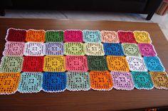 caminho de mesa de croche quadrados coloridos