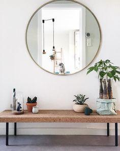 Bankje met spiegel en planten