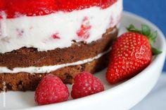 Himmlisch-fruchtig: Frischkäse-Sahne-Torte mit Erdbeeren und Himbeeren