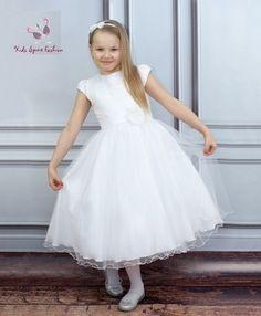 13bd4386289b Communie jurk met stras steentjes. Model met korte mouwtjes en satijnen  riem met corsage bloem