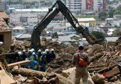 23-Aug-2014 10:59 - NOG 43 VERMISTEN IN HIROSHIMA. In Japan zoeken reddingswerkers nog steeds naar mensen die het slachtoffer zijn geworden van aardverschuivingen in en om de stad Hiroshima. Behalve het leger, de politie en de brandweer zoeken ook vrijwilligers naar vermisten. Er zijn nog 43 mensen spoorloos en het dodental is opgelopen tot zeker 42. De aardverschuivingen ontstonden woensdag door zware regenval. Hiroshima kreeg binnen 24 uur te maken met dezelfde hoeveelheid regen die...