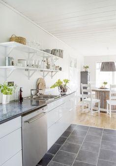 Kitchen Floor Tile Ideas (Best of Remodeling Kitchen Tiles in Modern, Retro, and Vintage Style) Kitchen Floor Tile Patterns, Marble Floor Kitchen, Kitchen Tiles Design, Kitchen Flooring, Tile Floor, Wood Floor, Tile Design, Scandinavian House, Hall Flooring