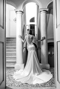 La nuovissima collezione sposa 2018 firmata da Emiliano Bengasi presentata durante la Milano Bridal Week ha confermato lo stilista tra le eccellenze Italiane della moda sposa.  Debutto nelle passerelle milanesi per Emiliano Bengasi: ed è subito e