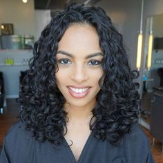 Curly hair experts share their secrets to get volume at the roots (instead of the ends). This will stop your dreaded pyramid head. Curly Hair Tips, Short Curly Hair, Hair Dos, Curly Girl, Great Hairstyles, Trending Hairstyles, Curled Hairstyles, Mushroom Haircut, Haircut Salon