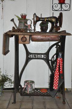 Eine alte Nähmaschine auf der man je nach Jahreszeit schön dekorieren kann.
