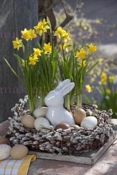 next Easter with daffodils instead of the eternal pillar candles . - next Easter with daffodils instead of the eternal pillar candles More - Easter Table, Easter Eggs, Easter Dinner, Diy Ostern, Easter Flowers, Deco Floral, Floral Design, Easter Holidays, Spring Crafts