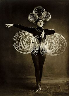 Oskar SCHLEMMER Das Triadische ballett- Bauhaus Academy of the Arts, Berlin, Wire Costume (Draht-Kostüm)1922