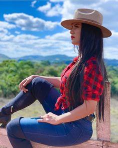 A imagem pode conter: uma ou mais pessoas, nuvem, céu, atividades ao ar livre e natureza Cute Cowgirl Outfits, Country Style Outfits, Rodeo Outfits, Sexy Cowgirl, Country Girl Style, Country Girls, Cute Outfits, Denim Fashion, Girl Fashion