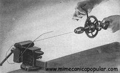 Es posible enderezar un trozo de alambre torcido, sujetando un extremo de éste en un tornillo de banco y retorciendo el extremo libre con un taladro manual. Después de asegurar el alambre en el taladro, estírelo para mantenerlo en tensión, y haga girar el taladro lentamente. Tan pronto como se enderece el alambre, afloje el mandril, tire del taladro y saque el otro extremo del alambre del tornillo.