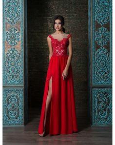 3af430790642 Sexi moderné šaty s čipkovým efektom na živôtiku. Padavá šifónová sukňa s  rozparkom pôsobí veľmi