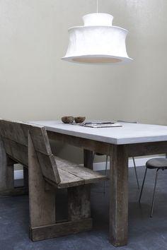 Lichtgrijze betonlook tafel met steigerhout - beton cire. Lichtgrijze betonlook tafel, met tafelblad van beton ciré en onderstel van stijgerhout www.betonlookdesign.nl