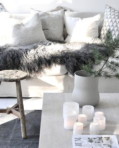 How fluffy and soft this grey Gotland sheep sking is? Scandinavian Living, Scandinavian Interior, Living Room Designs, Living Room Decor, Color Cobre, Ceiling Murals, Home And Living, Interior Decorating, Sweet Home