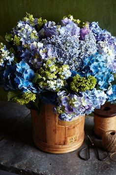 arranjo de flor rústico em tons de azul
