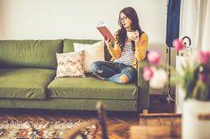 ストックフォト : 家で本を読む若い女性