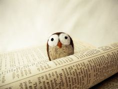I adore all the little felt animals she makes. I would love to put them all over my house. owl reading the paper...what a hoot