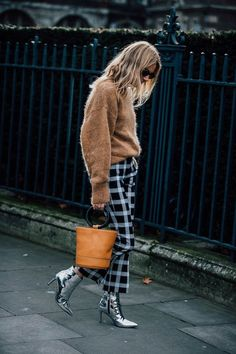 plaid pants, styling plaid pants, black pants, fall style, fall fashion, winter street style, styling brown handbag, handbag style, pointed boots, street style outfit, cozy sweater, styling sweater, styling brown sweater, sweater outfit