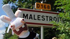 Les Lapins crétins s'installent à Malestroit, dans le MOrbihan.